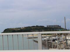 海を挟んで、瀬長島が見えてきました。 オシャレなお店が並んでいるというウミカジテラスに、時間があれば寄りたかったのですが・・
