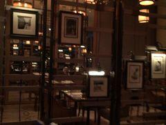 夜は、ホテル1階のコロニーでビュッフェスタイルの夕食です。 メニューがたくさんありすぎてとても食べ切れません。  幸せです。
