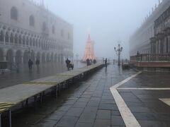 左にドゥカーレ宮殿、運河を臨みます。  踏み台の通路が・・もしかして今日は噂の水没ですか~~~