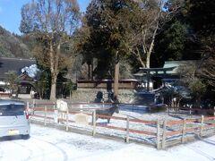 丹生川上神社 (日本最古の水神さまを祀る社)  雨乞いには黒馬、晴れ乞いには白馬が献上されるんだって (運転手さんの説明より)  車窓からではありますが、その黒馬と白馬に会えてラッキー   そうそう!私が常にカメラ構えていたの気づかれてたようで この時はあきらかにスピードを落とし 撮れましたか?と声をかけてくださいました