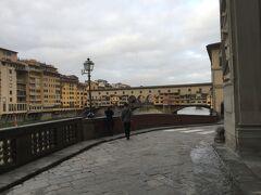 1月4日木曜日、フィレンツェ観光の朝です。  朝食後、7時半観光出発です。古都フィレンツェはバスの侵入規制があるとの事で、少し歩いてウッフィッツィ美術館に向かいます。 フィレンツェの朝は気温高め、暖かいです。  ヴェッキオ橋です。