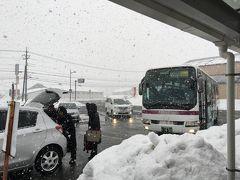 雪に覆われた島根邑南町田所駅前の様子です。 雪のない東京から今到着したところです。 バスから降りたところで、東京から履いている革靴のままです。長靴を持ち合わせておりません。 ここ半世紀、島根県を出てから革靴や運動靴以外を履いたことがありません。