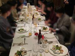 程なく、同窓会がスタート。 ホテルグランヴィア大阪 19階のフレンチレストラン『フレーブ』 https://www.granvia-osaka.jp/restaurant/fl/  ここは、幹事には有難いお店でした! お料理も本格的なのですが、忘年会向けにフリードリンクにしてくれ、、税サービス料込みのピッタリ明朗会計。 しかも当初の予定より、遅れてきた人に合わせて時間を延長してくれたのに追加料金も無しでした。  奥の個室も用意して頂け、窓からの眺めも、サービスも素晴らしかったので、世の幹事様、オススメですよ♪
