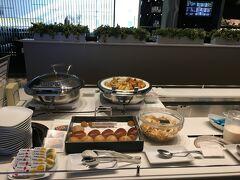 乗り継ぎの羽田では、ビジネスクラスの特典でラウンジで軽く朝食を。