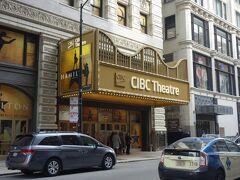 この日の夜、観に行く予定のミュージカル「ハミルトン」の劇場が、ホテルから徒歩すぐのところにありました。水曜日なので、マチネのお客さんの姿が見えます。