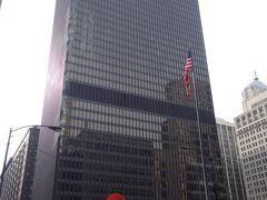 少し歩くと、大好きな建築家ミース・ファンデルローエのデザインした連邦センタービルがありました。足元の赤いオブジェは「カルダーのフラミンゴ」というシカゴのランドマークのひとつです。…が、いつもなら隠れ建築オタクの胸が高まるところ、移動の疲れと寒さで何も感じません。うう。