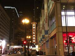 外に出ると、少し先にシカゴのランドマーク、シカゴ劇場のネオンが見えました。