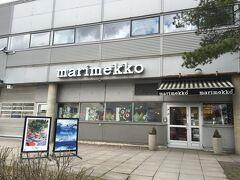マリメッコ本社の建物に到着~♪ 入口は食堂側とショップ側の2箇所あって、この写真はショップ側。 外にも看板が出てました。