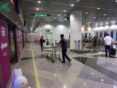 KLIA1ターミナル駅に到着です。 改札を出て、エレベーターに乗って…、