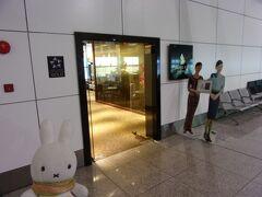 とっとと退散します(;´Д`)。  プラザプレミアムラウンジの隣にあるシンガポール航空運営の「シルバークリスラウンジ」がありましたので、こちらに入ってみることにします(^_-)-☆。