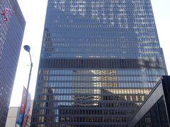 朝いちで、行列になる前にシアーズ・タワー(ウィリス・タワー)に上りに行こうと、てくてく歩いていきます。寒い!!! 途中、ミース・ファンデルローエの連邦ビルの前を通りました。前日も見たけど、移動日の疲れのあまり何も感じなかったので、この日は寒いけど立ち止まって、ミースをしっかり凝視してきました。赤いオブジェは、有名な「カルダーのフラミンゴ」というものです。 ちなみにミースのファンズワース邸という、すっごく見たかった建築がシカゴ近郊にあるのですが、1月2月は閉鎖中みたいでした。残念。