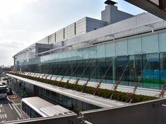 そして、福岡空港に到着です。 福岡空港は現在ターミナル工事中。 自分の出身地でもある北海道の新千歳空港も航空会社カウンターの工事中。 どこも2020年のオリンピック前に、ってことでしょうか。  とりあえず、中をぐるぐる見て回ります。 お土産屋さんは、何かどこも仮設っぽい感じですが、レストランはどこも工事を終了して、しっかり営業中。 フードコートっぽいところがあったり、福岡も新千歳と一緒でラーメン屋を集めたフロアもあります。 あとは有名もつ鍋屋さんも朝から営業中。 ラーメンともつ鍋は博多駅でということで、展望デッキに向かいます。
