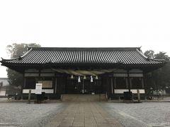 立派な拝殿。 注連縄は、結構太い。  境内は結構広い。  美観地区から、そのまま少し登っただけの神社なのに、人の姿はまばらで閑散としている。