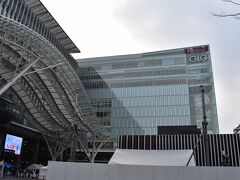 この博多口方面は特に最近再開発ビルが次々に開業。 駅自体もJR博多シティと銘打って、商業施設を開業させています。 写真はKITTE博多。こっちは日本郵政グループのビル。  ちなみにここの1階に東京では見かけないあごだしの出汁屋さんがあり、初めて飲んだその出汁にびっくりしてしまい、翌日お土産で買って帰ってきました。