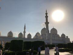 今日のメインのグランドモスクに到着。世界で6番目の大きさのモスク。大理石と金でできたモスク。