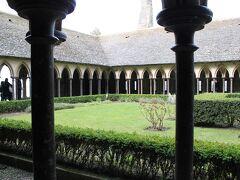 中庭と回廊です。柱は全て、石でできているのですが、古いものと新しいものがありおもしろかったです。