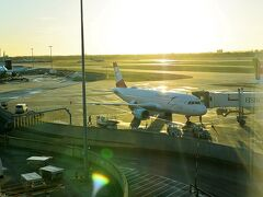 ヒースロー空港第2ターミナル  こちらのオーストリア航空機で、ロンドンからウィーンに向かいます。
