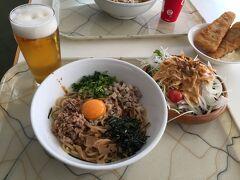お昼は油そば、サラダ、白身魚のフライとビーーーーーーール!!