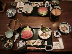 夕食は牛鍋、お造りなどなど、お膳にいっぱいでした。