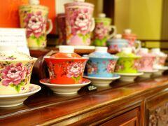 最近気になってきた「客家花柄」 でも強面(こわもて)の私はバッグやポーチが似合わない。  そんな時見つけた「新太源芸術工坊」の茶器。陶器製品の有名老舗メーカーだ。 http://www.sty-art.com.tw/ http://www.taipeinavi.com/shop/242/  鶯歌の工場兼本社店舗へ行きたかったけど、日曜は休み。市内で買えるお店を探したら「長順名茶 永康店」がヒットした。 https://skyticket.jp/guide/156497  カワ(・∀・)イイ!! ただ思ったよりかなり小さい、手のひらサイズ。