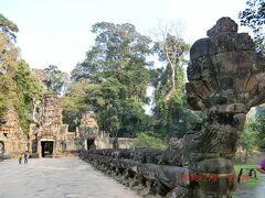 仏教寺院だったそうですが、カンボジアがヒンドゥー教になったときに仏像は破壊されてしまったとのことで、ナーガ像は残っていても、橋の阿弥陀と阿修羅の首は切り落とされています。