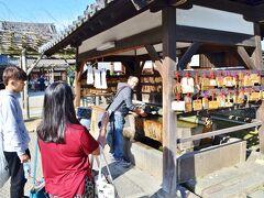手水所で参拝前のお清めをしましょう。 外国の方は参拝前のお清めの習慣がないから新しい経験、だって。 まぁ知らなかったんだから仕方ないよね。  そう言えば海外の寺院でも手水の習慣って見た事ないけど、これって日本独自なのかな?