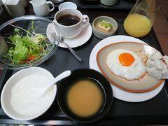 のんびり朝寝坊して、9:00に朝食。 朝ごはんは和食レストランと洋食レストランの2つから選択できます。 母の希望でこの日は和食レストランへ。 ビュッフェスタイルで、ホテルらしい朝食がゆっくり味わえます。 もっといろいろ美味しそうなものがあったのですが、私の朝食はこんな感じでした。お粥が好きなので、基本ホテルの朝食はお粥を食べます。目玉焼きは席に案内されるときに注文すると焼いてくれます。