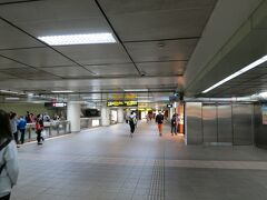 10:30にホテルを出発しててくてく。 徒歩5分くらいで中山駅に到着。 台北の地下鉄は本当に便利。待ち時間がほとんどありません。 内装も近代的で清潔。これまで行った国の中で、一番地下鉄がきれいだったかもしれません。