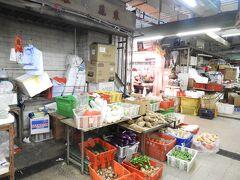 偶然行き着いて、 上環街市及熟食中心(Sheung Wan Market and Cooked Food Centre)へ。 一階・二階は、野菜やお肉など売っていて、 三階はフードコートになっていました。