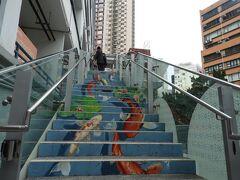 行きたかった、PMQ(元創方)へ。 香港のクリエイターたちが元警察官の宿舎の部屋 ひとつひとつにショップがやってるところ! 階段まで凝ってる!