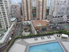 2日目です。 今日は香港島まで行って、 中環(セントラル)を中心に散策します。 この写真はホテルから見た景色で、 このホテルなんとプール付きらしいです。笑