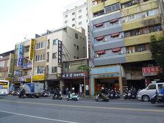 建国二路   高雄長明街を散策した後、目的地に向かって、建国路を歩きました。 この辺は建国二路、高雄駅の反対側には、古い建物のホテルが立ち並んでいます。