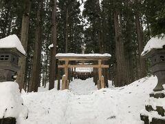 仮装行列の開始まで少し時間があるので、近くの神社に寄ってみました。 雪深い神社は荘厳な感じがします。