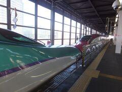 盛岡ではこまち号を切り離します。 手前が新函館北斗行きのはやぶさ号。車体の紫色のラインはラベンダーをイメージしたJR北海道の車両H5系の証し。JR東日本のE5系ではピンク色です。