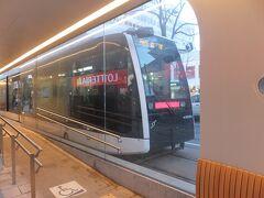 ループ化開業に伴い開業した狸小路駅。駅のデザインが変わっています。 写真の車両は最新のA1200形「ポラリス」。
