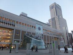 17時になったのでそろそろ小樽へ向かいます。 札幌駅も立派だなあ。