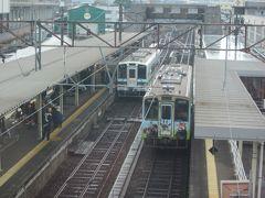 昨日と同じ道を戻って出水駅に来ました。  陸橋の上から眺めたところ「肥薩おれんじ鉄道出水駅」、 上下列車が停車中ですが、随分と寂しい光景ですね?…。