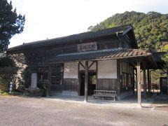 """空港近くで寄り道をして「肥薩線・嘉例川駅」に来ました~。  この駅舎は県内最古の""""登録有形文化財""""なんです。 無人駅なんですが特急が停車する珍しい駅です。  *詳細はクチコミでお願いします"""