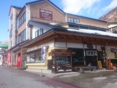 時刻はちょうど11時。湖畔にある《いなりや蕎麦店》で昼食を摂ります。ちなみに、いなり寿司の店ではなく蕎麦屋です。