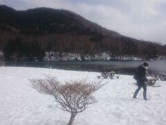 《湯ノ湖》の湖畔に出てみましたが、辺り一面は銀世界。風が強くてめっちゃ寒いです。