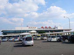 お天気も良く、万事順調♪  無事に奄美空港に到着しました! 可愛い3階建て+見学者デッキ付きの空港です。  一体誰が要るのか··· ↓分刻みのタイムテーブル&お値段↓ 以降「my trip」 旅メモとして書いておきます♪   (my trip) 10:00-11:00 関空リムジン¥3080(往復) 11:20 バニラチェックイン (バニラはきっちり1時間半前からチェックイン開始) 11:30 旅行前に腹ごしらえ♪すき屋でランチ ¥550 12:05 ゲートへ。国内は楽。 12:50-14:40 バニラエア  窓際の座席で快適、予定通りの離着陸    空港を出るとすぐに奄美レンタカーのプラカードを持ったスタッフが出迎えてくれました。 送迎バスが来るまで外で待っててってことだったんだけど、、 あそこに見えてるのって 奄美レンタカーの事務所だよね(笑) めっちゃ近いよ!!  お客さん多かったし、バス乗るまでもないなーって思って歩くことにしました( ´∀`)/~~  そして、手続きは今までのどのレンタカー会社よりも簡潔(笑)