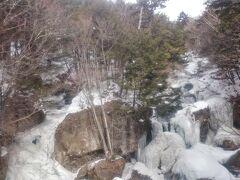 滝の表面は凍ってしまってますが、その下を水が勢いよく流れ落ちています。