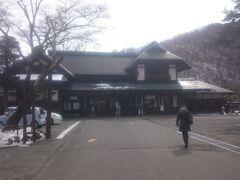 「竜頭の滝」から車で走ること10分、日本三大名瀑のひとつとして知られる日光の名所《華厳滝》に到着。