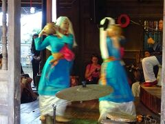ヴェトナミーズガールが踊ってるのを発見! たまたまHoi An Handicraft Workshopの舞踊ショーに遭遇。
