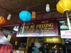 そう、ここはベトナム1美味しいバインミーと言われて名高い、Banh Mi Phuong!! 前回のベトナム旅行でバインミーを食べられなかったので、絶対来ようと決めていました。