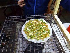 またお腹空いてきたので、屋台街で腹ごしらえ。 ベトナム風米粉ピザ。 ネギが効いててうまい。