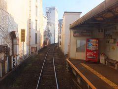 中佐世保-佐世保中央-佐世保の順に停車。 写真は佐世保中央駅に停車した時、中佐世保方面を向いて撮ったもの。「中佐世保」の黄色い標識は、運転士に次の駅の接近を知らせるためのもの。  つまり駅を出てすぐ次の駅ということ。  その距離200m。路面電車を除いた鉄道路線で【日本一駅の間隔が短い】区間です。所用40秒。発車の後「まもなく~」ではじまる自動音声が流れ終わると同時に次の駅に停車。 ただ線路がカーブしているので隣の駅が見えるわけではないのが惜しい。 ちなみにこの区間は先ほどのアーケードと交差しており、日本一長いものと日本一短いものが交錯する不思議な空間です。