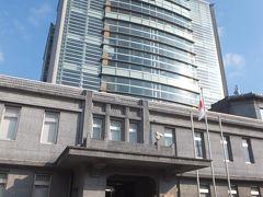 歩くこと30分。セイルタワーこと海上自衛隊佐世保史料館に到着。 9:30開館で入場無料です。はじめに受付で署名して番号札を受け取ります。  館内は残念ながら撮影禁止。7階建ての建物すべてが資料館となっており、エレベータで7階まで上がってから階段で降りていくスタイル。  7階からは港を一望でき、自衛隊基地の船もよく見えました。 6階からはペリー来航から鉄船の国産化、バルチック艦隊撃破、太平洋戦争、と時代を追って戦う船(艦)、帝国海軍、海上自衛隊について詳細な解説や貴重な資料が展示されていました。日露戦争時の艦隊の模型は圧巻。2017年に退役した佐世保にゆかりが深い護衛艦「くらま」の艦橋が再現されているコーナーもありました。