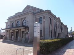 気が付いたらセイルタワーに3時間もいました。 昼食を求めて外へ。佐世保中央駅方面に向かう途中、第1次世界大戦の凱旋記念館として大正12年に建てられた建物があります。現在は市民文化ホールとして利用されています。