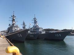 ターミナルを突っ切って反対側に出て、すこし歩くと海上自衛隊佐世保基地(倉島岸壁)。 受付で免許証を提示して名前や住所を記入すると中に入れます。 護衛艦を間近で見ることができます。 公開日には艦艇内を見学することもできます。